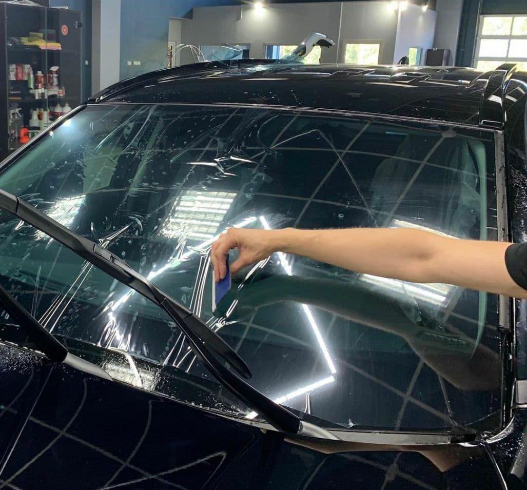 в новым Toyota RAV4 оклейка лобового стекала